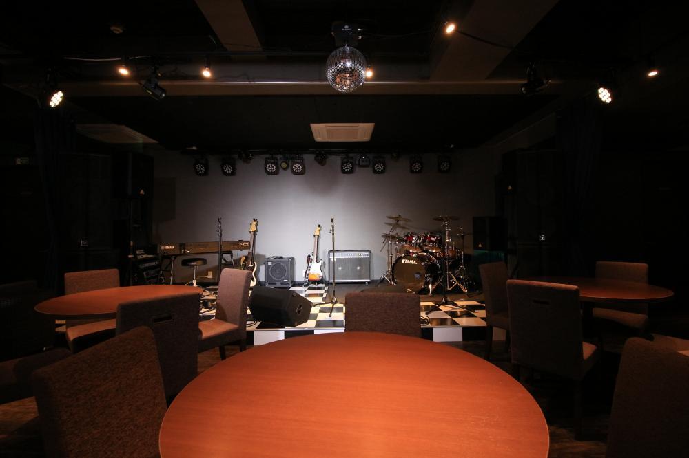 店内にはステージや音響設備も完備!