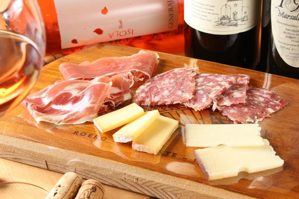 至極のイタリアンチーズ・ハム・サラミの盛り合わせ