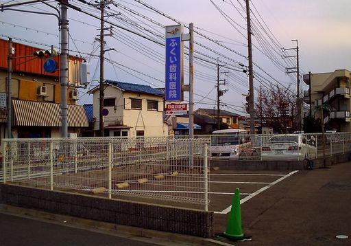 患者様専用駐車場、敷地内入ってすぐ左側(幹線道路側)