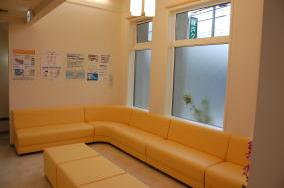 吹き抜けにすることで、明るく広い待合室になっています。