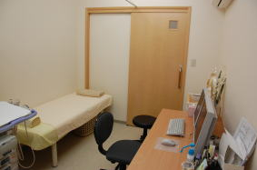 ナチュラル色の優しい診察室をイメージしました。