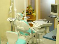 【半個室の診療台】<br />当院では各診療台を半個室の状態で設置しているので、ゆっくりリラックスして治療を受けていただけます。