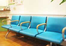 【待合室】<br />患者様がリラックスできるよう、色調の落ち着いた待合室になっております。