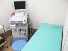 【超音波診断装置】<br />超音波を用いて腹部臓器の肝臓、胆嚢、膵臓、腎臓、脾臓や体表の乳腺、甲状腺を検査します。