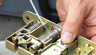 錠前本体や鍵穴をドアから外して内部の分解洗浄したり、状況に応じた対応をします